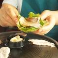 【ソウル名物 サムギョプサル】自家製キムチ、ニンニクと一緒に野菜に巻いて美味しくヘルシーにお召し上がりください♪