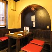 4名様でご利用可能なテーブル席はシックでスタイリッシュな木造りのお席となっています。ほっと一息つける温かみのある空間は、ついつい長居してしまいそうなアットホームな雰囲気です!