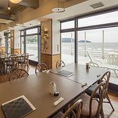 外の浜辺を一望♪都会の騒音から離れてゆっくりお食事をお楽しみください。