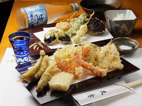 新宿駅西口から青梅街道を渡り路地に入った、角地にある天ぷら屋さんです。