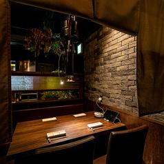 【テーブル席】ほの暗いライティングとジャズベースのBGMが流れる落ち着いた雰囲気の店内。排煙設備も完備されているので、煙やにおいを気にせずに焼肉が楽しめます。デートやご友人とのお食事、同僚との飲み会など様々なシーンでご利用ください。