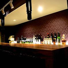 大人な雰囲気の店内はデートにもうってつけ☆スタイリッシュなカウンターでお酒とお肉を楽しみながら会話を楽しめる空間です。