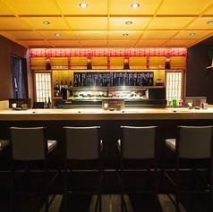 会社帰りなどにお一人様でもふらっと立ち寄れるようカウンター席を6席ご用意しております。職人が目の前で握る寿司をご覧いただきながら美味しい料理とお酒をお愉しみください。