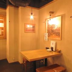お二人席もご用意。広々使えるテーブルは使い勝手抜群。会社帰りのサク飯・サク飲みに。