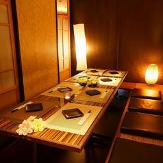 モダンな雰囲気の個室でゆっくりとお過ごしいただけます。普段一緒に頑張っている仕事の仲間とお酒を交えながらお食事をご堪能ください。