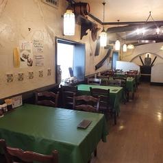 4名掛けのテーブル席が並ぶ奥の壁側のお席