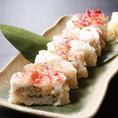 北海道といえばカニ!北海道から直送した新鮮なカニを使ったタラバ蟹押し寿司をご提供いたします。タラバガニをふんだんに使った豪華な押し寿司のこちらは、当店の人気メニューの一つです!