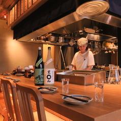 デートにオススメのカップルシートは臨場感たっぷりのオープンキッチン!出来上がりまでをお楽しみください。
