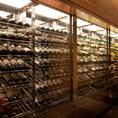 圧巻のワインセラーにこだわりの厳選ワイン!和食に合うワインを多数取り揃えており、新宿での接待などにもご好評をいただいております