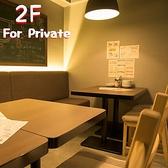 【2F】4名~最大8名様テーブル席。各階にスクリーン完備★