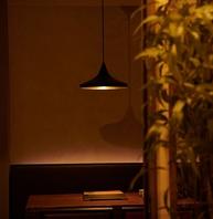 間接照明に照らされた店内奥のソファ席