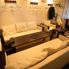 6人掛けのテーブル席。白いソファーでまったりとお楽しみください