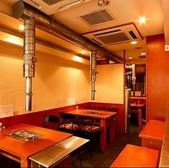 渋谷の喧騒から少し離れたところにある当店。中はカウンター席・テーブル席をご用意。