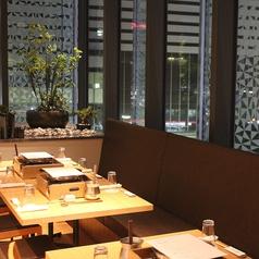 テーブル席個室。パーテーションによってお隣との仕切りをつくらせていただきます。 名古屋駅を眺めながらお食事できる贅沢なお席。