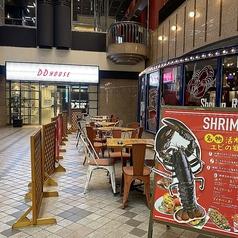 阪急梅田店はテラス席も用意。涼しい季節に外で食べるエビ料理は絶品です。[ご宴会]25名様までテラスのお席でご利用いただけます。