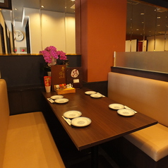 4名様までご利用可能なテーブル席もご用意しております!少人数様も大歓迎!落ち着きのあるモダンな空間で本場を感じられる中華をお楽しみいただけます!ご家族でのお食事やデート、ちょっとした飲みなど様々なシーンでご利用ください♪