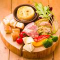 料理メニュー写真ベイクドカマンベールのチーズフォンデュ