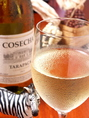 ≪白ワイン≫ コセチャ タラパカ シャルドネ (チリ産・ほどよい辛口) パイナップルやバナナ、黄桃など、黄色い木なりの果実の力強い果実味がとてもフルーティーです。バランスもよく、余韻も柔らかで、すっきりとした味わい。 グラス500円/ボトル3000円