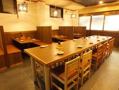 店内は明るく広い。各テーブルはゆったり座れます。