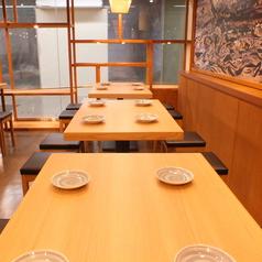 オープン角テーブルをご用意。お席も可動式となっておりますので大人数でも対応可能となっております。