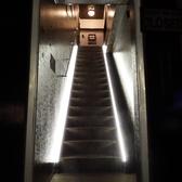 建物の2階にあります。階段をお登りいただき、入口を開けてください。階段の昇り降りには、十分お気を付け下さい。