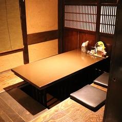 掘りごたつ式の個室です。2~4名様の場合は、カーテンで隣のお席と仕切る状態です。5~8名様になると個室としてご利用いただけます。