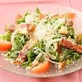 料理メニュー写真厚切りベーコンのシーザーサラダ