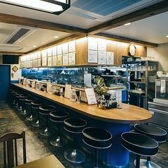 【カウンター席1名×13席】目の前に厨房があるカウンター席は、特に常連様に人気のお席となっております!料理人の手際の良さと技、立ち昇る料理の香りを楽しみつつお腹一杯ご堪能あれ♪