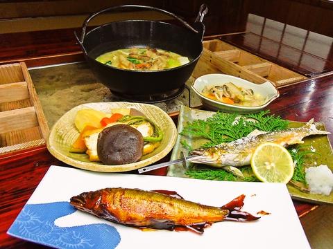完全予約なのは、新鮮な食材にこだわっているから。球磨川の鮎が食べられる店。