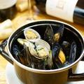 料理メニュー写真ムール貝、アサリ、あおさのりの白ワイン蒸しをココットに詰めて