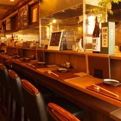 カウンター全10席。暖色の落ち着いた雰囲気でお食事をお楽しみ頂けます。