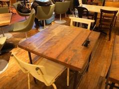 2名掛けのテーブル席を店内に多数ご用意。組み合わせ次第で大人数にも対応いたします。