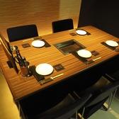 テーブル席はひとつひとつが余裕をもって配置されているので広々とご利用頂けます。カーテンの仕切りがあるのでプライベート空間としても人気です!