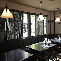 1階窓側テーブル席。窓の外の緑が爽やかで気持ち良い。