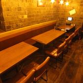 お友達同士や同僚と・・。気軽に一杯できる広めのテーブル席!種類豊富な焼き鳥とお酒についつい長居してしまうかも。
