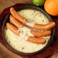 料理メニュー写真ソーセージのチーズフォンデュ