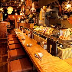 目の前には厳選して仕入れた新鮮なネタの並ぶネタケース、そして元気なスタッフが軽快に調理している風景を楽しむことができます。おすすめのお料理やドリンクなどもお気軽にお尋ねください。