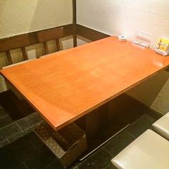 家族との食事にピッタリの4名様テーブル個室。椅子をのけて車椅子のままご利用いただくことが出来ます。(車椅子は2台まで)