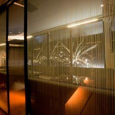 クリスタルの輝きが彩る食空間…まるで宝石箱のような、『クリスタルルーム』デザイナーが施した上質空間でいつもと違う夜を…カップルシートで過ごす時間はゆっくりと流れる時間。誕生日や記念日などサプライズの演出もお気軽にご相談ください!