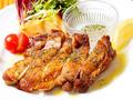 料理メニュー写真福島県産 伊達鶏モモ肉のステーキ、香草塩添え