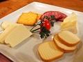 料理メニュー写真チーズとサラミの盛り合わせ