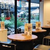 テラス側に並ぶテーブル席はバル使用で、テーブルを囲んでご宴会していただけます◎