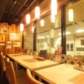 元町商店街が見渡せる窓際のテーブル席