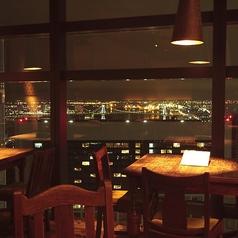 大きな窓から東京の景色が一望できるこちらのテーブル席は4名様までご着席頂けます。お昼間も営業しておりますので仲のいいご友人や会社仲間とのランチタイムをちょっと贅沢に過ごしたいという時にもおすすめです。