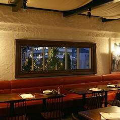 奥のテーブル席は30名までの半個室としてご利用可能◎一部ソファ席もあり、ゆったりおくつろぎいただけます♪周りが気にならないプライベートな空間は、会社宴会や誕生日会、お子様連れのお食事会にも最適です♪