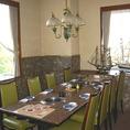 大理石テーブル席の洋室