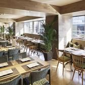 京都駅すぐの都会にありながら、それを忘れさせる癒しの空間。森林にテーブルを広げたようなやすらぎを感じる店内。広々とした空間とゆったりしたお席は、すべてのひとのこころとからだを癒すビュッフェレストランです。