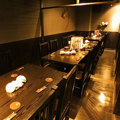 様々なシーンにご活用いただける落ち着いた雰囲気のテーブル席。お席をつなげれば大人数でも使用することができます!!会社宴会等におすすめです。もちろんふらっと入って、おいしい食事とお酒も◎