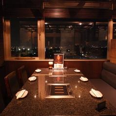 広々座れる窓際のテーブル席。夜景も楽しめるデート・記念日にもおすすめなお席です。