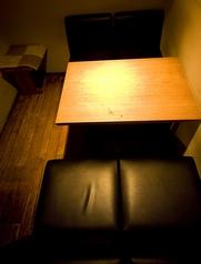 テーブル席も4名掛けで落ち着きのある席。